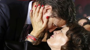 El nuevo primer ministro Justin Trudeau, abrazado por su madre Margaret.