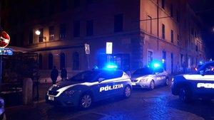Oficiales de policía y personal médico acuden al lugar de la pelea entre aficionados de Lazio y Sevilla.