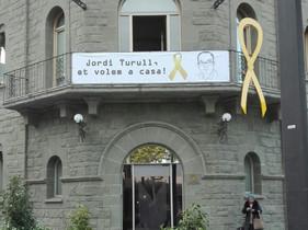Pancarta en la fachada del Ayuntamiento de Parets pidiendo la liberación de Jordi Turull, vecino del municipio, instalada este viernes por orden de la alcaldía.