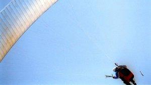 Un parapentista en pleno vuelo.