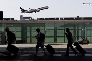 Passatgers a la Terminal 1 de lAeroport del Prat.