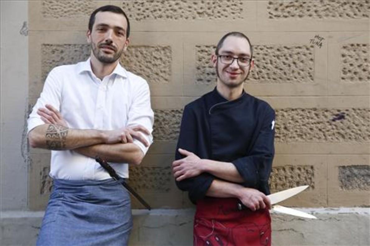 Pau Gascó y Marc Agelet, ante una pared junto a Petit Pau. Foto: Josep Garcia