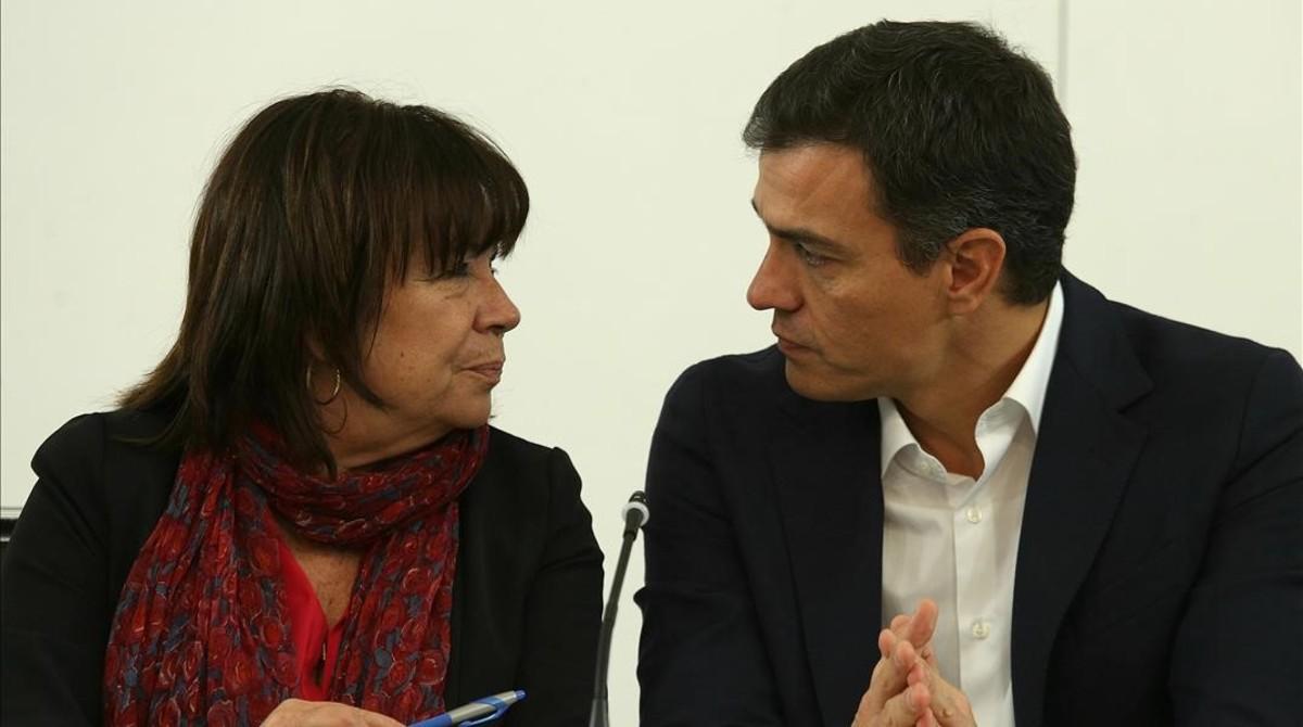Pedro Sánchez charla con Cristina Narbona, presidenta del PSOE, este miércoles en la sede del partido.