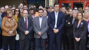 Pedro Sánchez guarda un minuto de silencio por los atentados de París frente a la sede de UGT en Barcelona, este lunes, junto a Miquel Iceta y Carme Chacón.