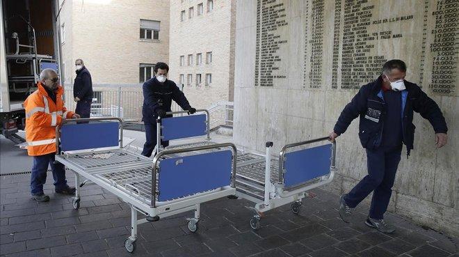 Personal sanitario trae camas al hospital de Codogno, en Italia.