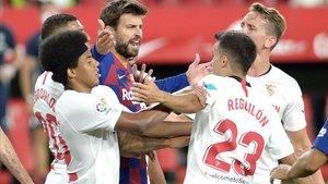 Piqué discute forcejando con Reguilón en presencia de otros jugadores del Sevilla.