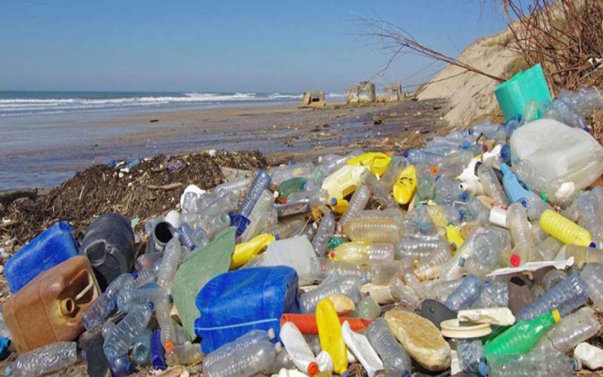 e1c810231 Basura y desechos plásticos se acumulan en las playas y oceanos.