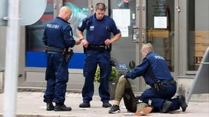 La policía atiende a uno de los heridos en Turku.