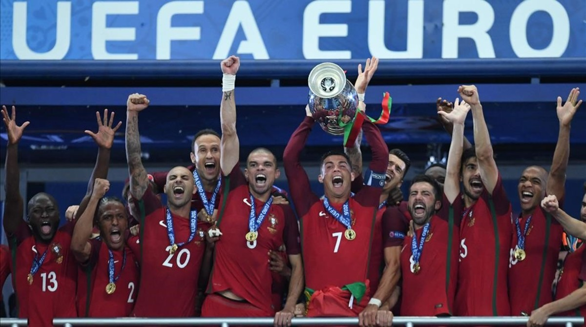 Los componentes de la selección portuguesa de fútbol, con Cristiano Ronaldo al frente, tras recoger la copa de campeones de Europa.