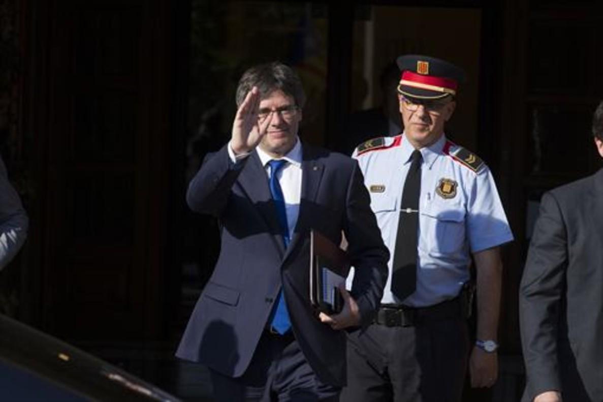 El president Carles Puigdemont, a la salida del Parlament, en junio.
