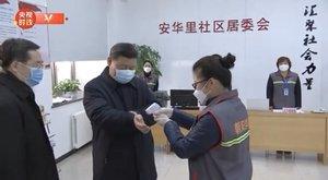El presidente chino, Xi Jinping, de visita en un barrio de Beijing, en su primera aparición pública con mascarilla.