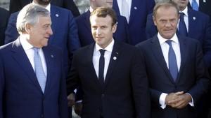 El presidente del Parlamento Europeo, Antonio Tajani, Macron y Tusk, en la cumbre de Tallin.