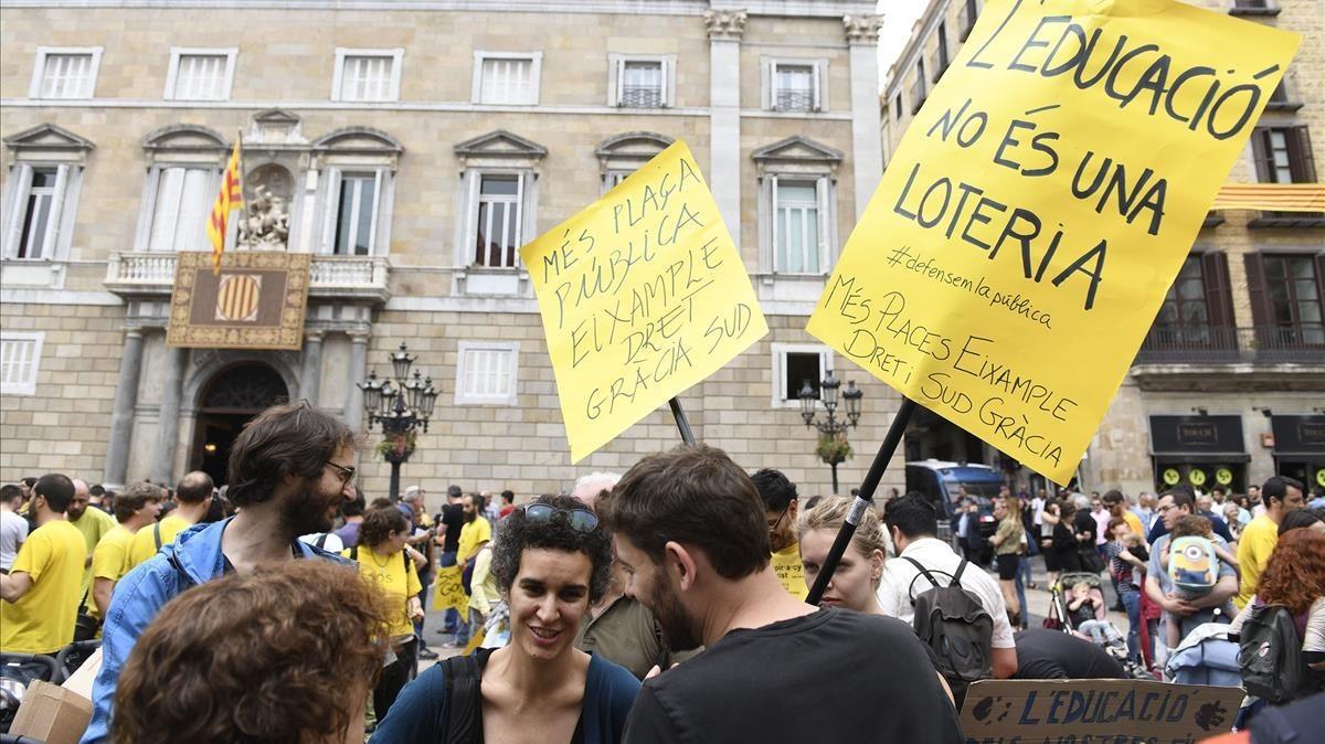 Protesta de familias sin plaza pública en la plaza de Sant Jaume.