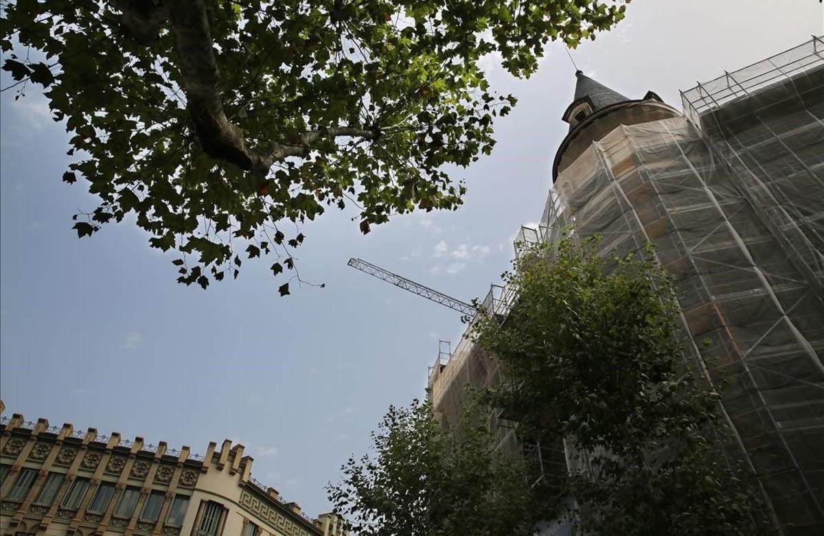 La Casa Burés, en el cruce de Ausiàs March con Girona, rodeada de andamios debido a la rehabilitación de esta joya modernista.