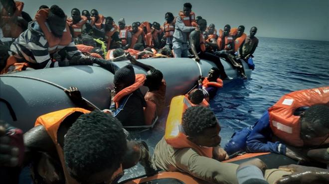 Voluntarios deproactivasocorren a ungrupo deinmigrantes frente alascostas de Libia.