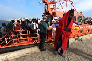 Inmigrantes subsaharianos rescatados por Salvamento Marítimo, a su llegada al puerto de Tarifa (Cádiz), el 22 de julio del 2018.