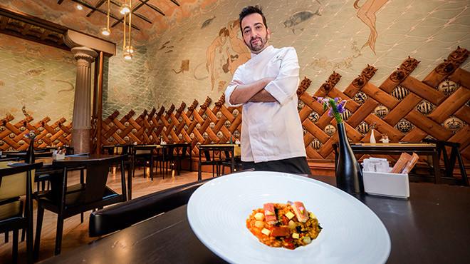 Germán Espinosa, chef de la Fonda España, con el arroz de 'capipota' con anguila y manzana.