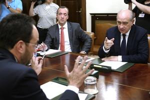 El ministro del Interior, Jorge Fernández Díaz, junto al secretario de Estado de Seguridad, Francisco Martínez, y el portavoz del PSOE en el Congreso, Antonio Hernando.