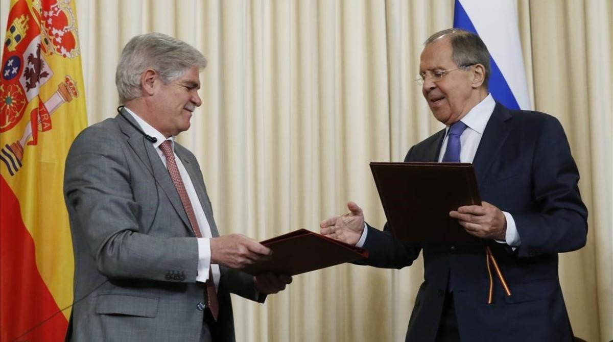 El ministro de Exteriores español, Alfonso Dastis,intercambia documentos con su homologo ruso,Serguei Lavrov, este miércoles, en Moscú.