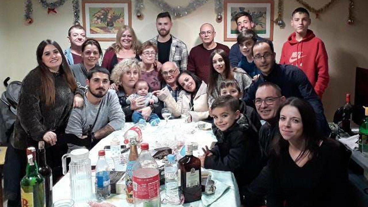 Robert Quiñoa (en el centro), fallecido por coronavirus en Igualada, junto a sus hijos y nietos, la pasada Navidad.