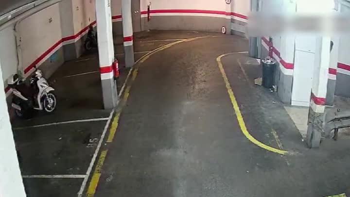 Imágenes de las cámaras de seguridad de algunos aparcamientos de L'Hospitalet donde actuaba un ladrón detenido ahora por los Mossos.