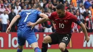 Rakitic y Arda, cara a cara, en el partido entre Croacia y Turquía.