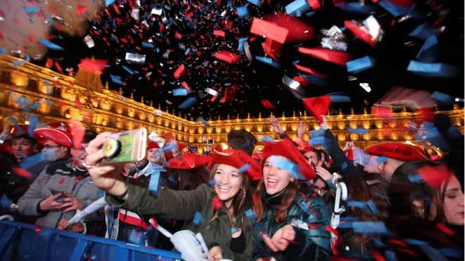Salamanca s'omple de joves que celebren les campanades del Cap d'Any Universitari