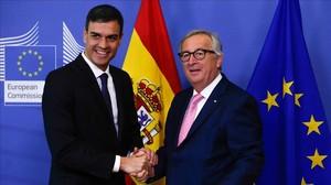 Sánchez y Juncker se saliudan antes de la reunión que han mantenido previa a la cumbre de la UE.