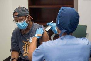 Un sanitario inyecta a un voluntario la vacuna de Moderna, en la ciudad estadounidense de Detroit