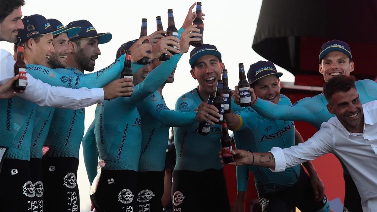 Miguel Ángel López, primero a la izquierda, celebra el triunfo en la contrarreloj por equipos de la Vuelta con sus compañeros del Astana en el podio.