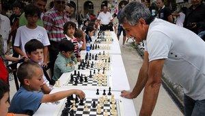 Setién, durante unas partidas simultáneas de ajedrez con escolares de la provincia de Lugo.