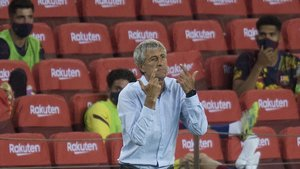 Setién gesticula en la bandadurante el partido de Liga entre el FC Barcelona y el Atlético de Madrid.
