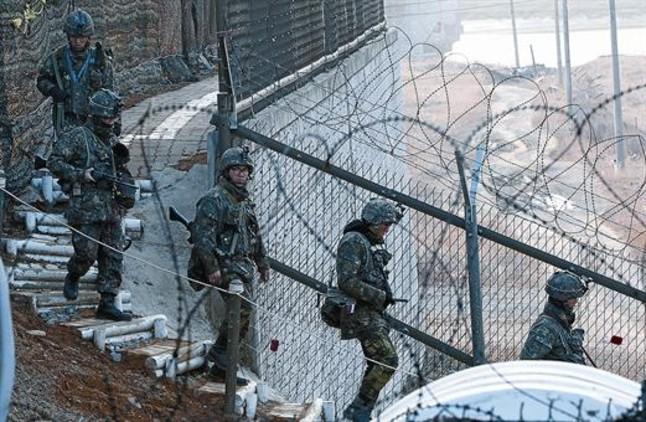 Soldados surcoreanos patrullan la frontera con Corea del norte cerca de Panmunjom.