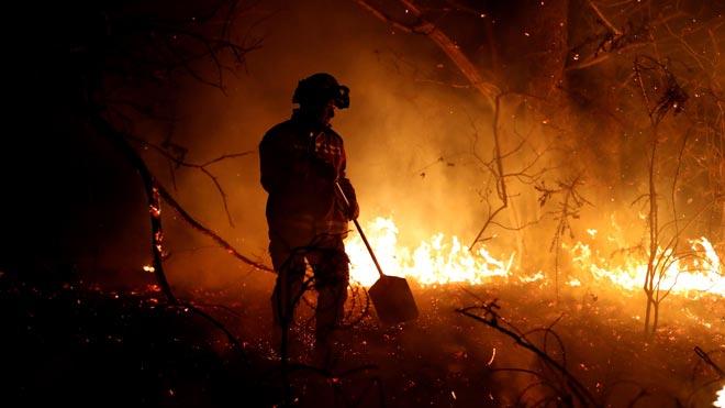 Ya son 97 los incendios forestales en Asturias. En la imagen, tareas de extinción del fuego en Labares.