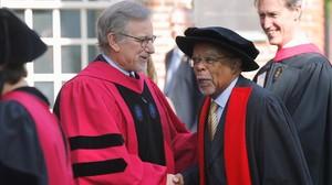Steven Spielberg pronuncia el discurso de graduación en la Universidad deHarvard.