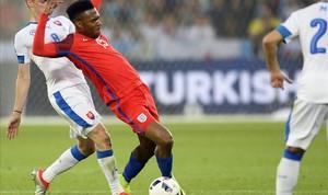 Sturridge disputa un balón con el eslovaco Duda.