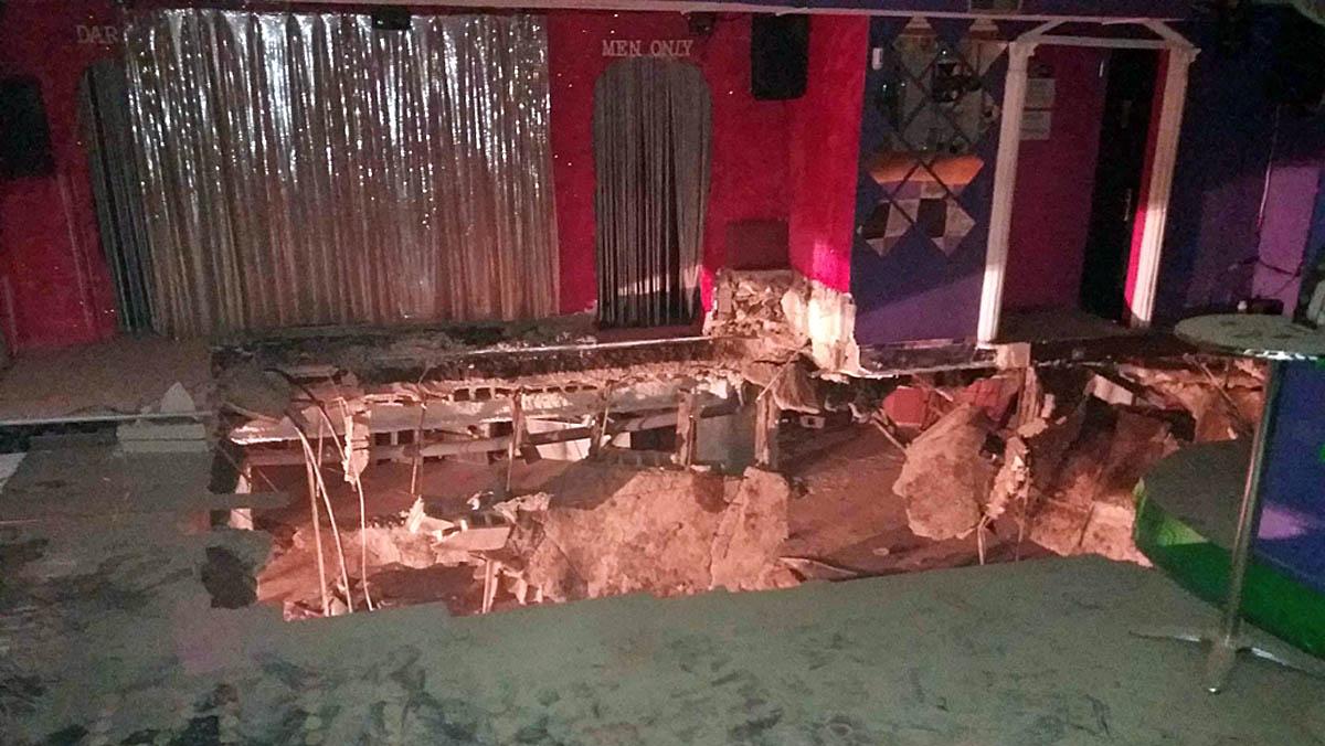 Veintidós personas han resultado heridas de diversa consideración, dos de ellas con traumatismos graves y varias con fracturas en las piernas y tobillos, al hundirse esta madrugada parte del suelo de la discoteca Butterfly Disco Pub de Adeje, en el sur de Tenerife, y caer al sótano situado debajo.
