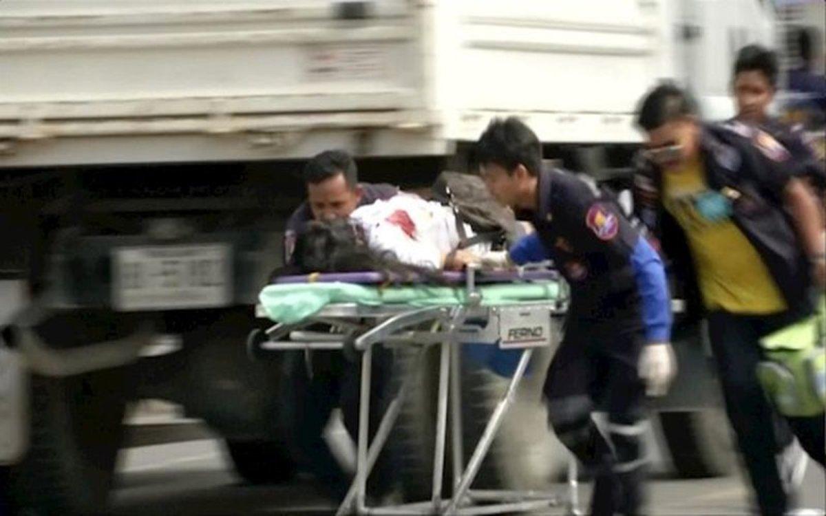 Equipos de rescate sacan a las victimas de un ataque armado en Tailandia.