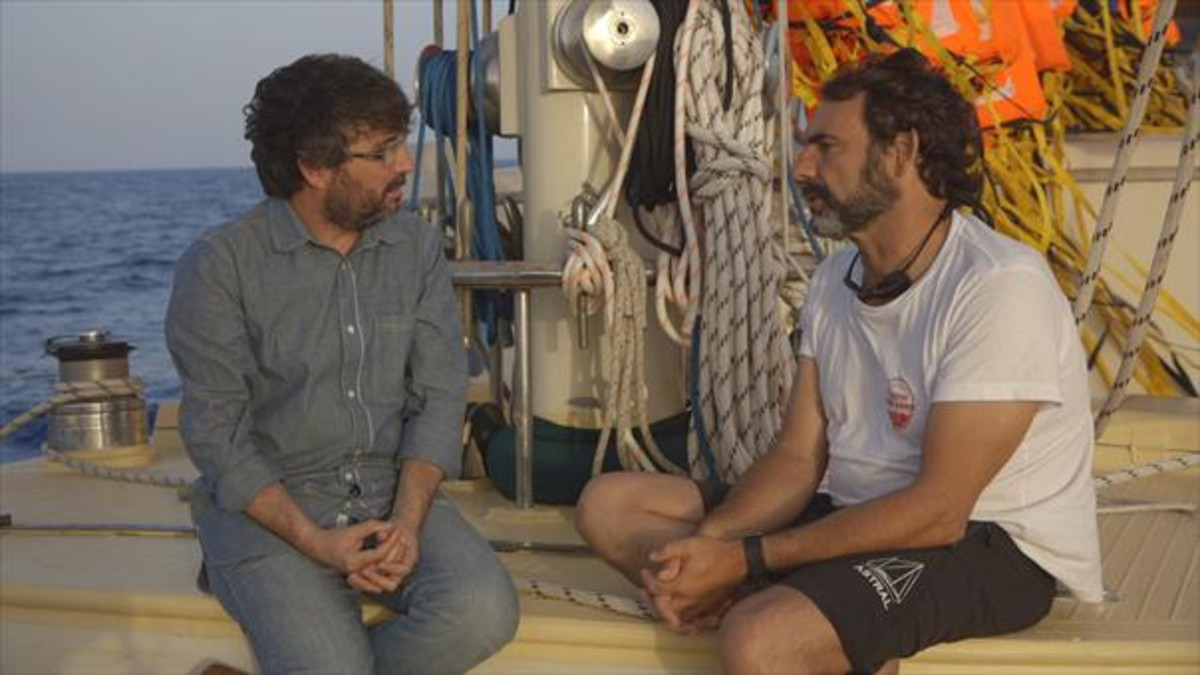 Jordi Évole y Òscar Camps conversan a bordo del Astral, en un momento del documental.