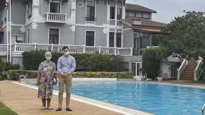 Teresa A. Fernández y Jorge Clemente, en la piscina del Gran Hotel del Sella de Ribadesella.