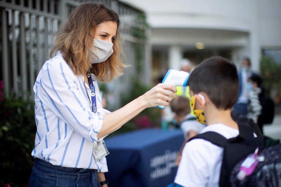 Toma de temperatura a un niño a la entrada de un colegio de Barcelona.
