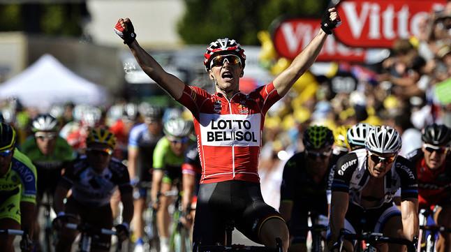 Tony Gallopin celebra la seva victòria en l11a etapa del Tour al seu pas per la meta dOyonnax.