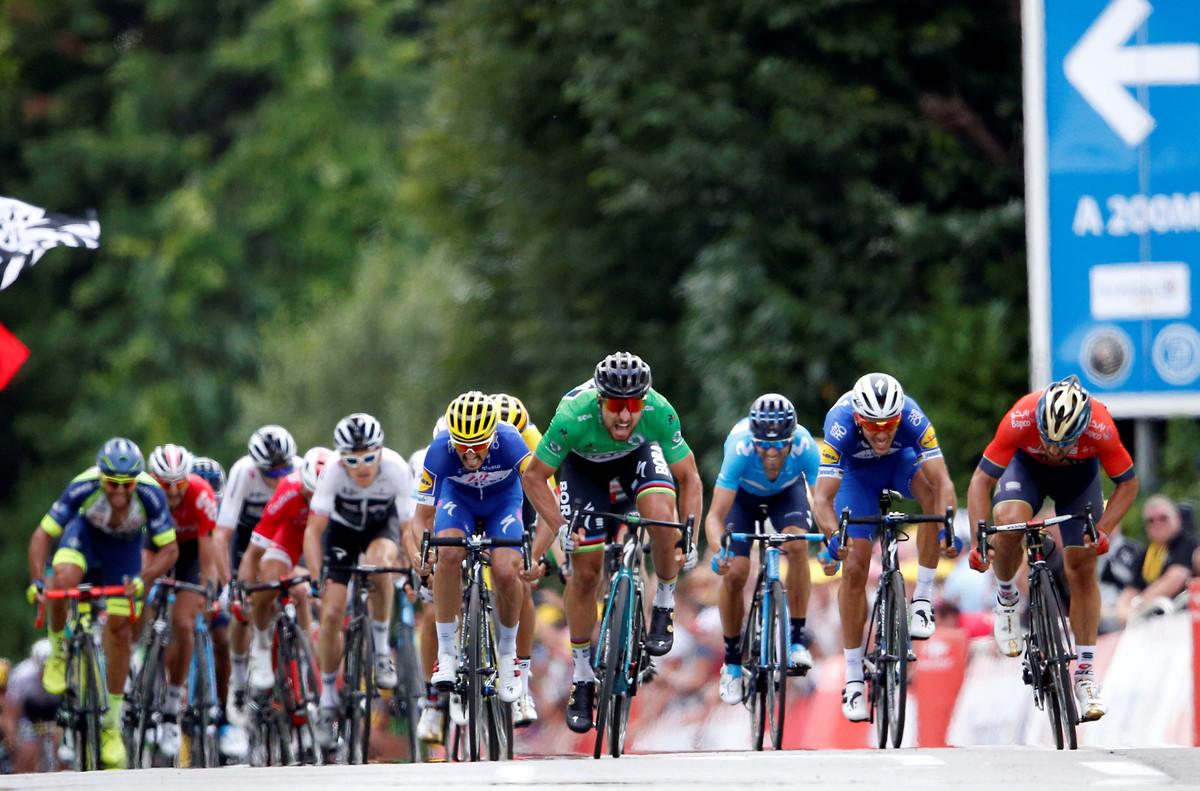 Peter Sagan se impone en la quinta etapa del Tour, con Valverde, de azul, por la derecha.