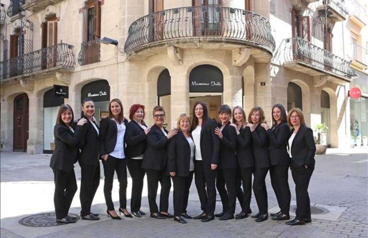 Trabajadoras de la tienda de Massimo Dutti de For&From de Igualada, frente al establecimiento del grupo Inditex.