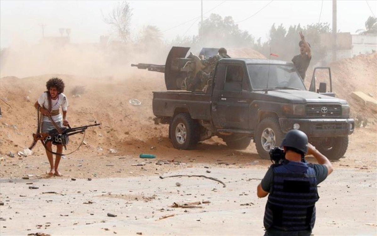 Combatientes en medio de los ataques enTrípoli.
