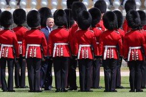 Trump pasa revista a la guardia de honor en el Palacio de Buckingham, en Londres.