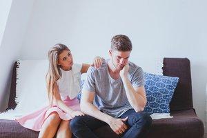 Una chica consuela a su pareja.