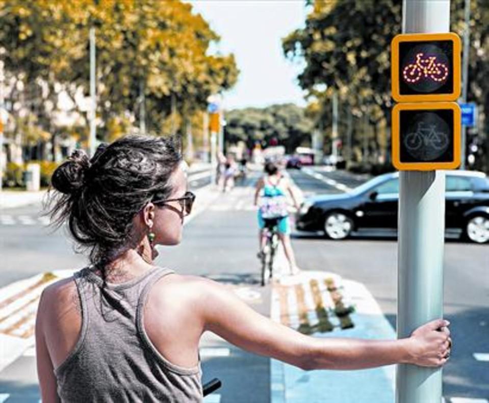Una ciclista espera en un semáforo de Barcelona.