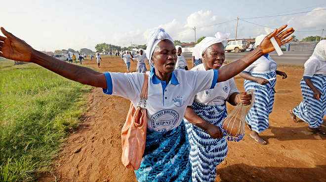 Una dona celebra a Monròvia, la capital de Libèria, el final de lepidèmia al seu país.