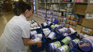 Una farmacéutica retiracajas de leche infantil en Anglet, suroeste de Francia.